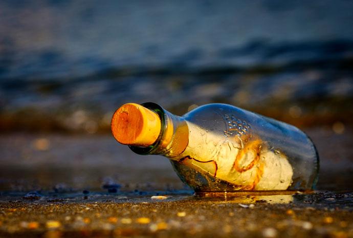 Bild einer Flaschenpost im warmen Sonnenlicht von Antonios Ntoumas auf Pixabay