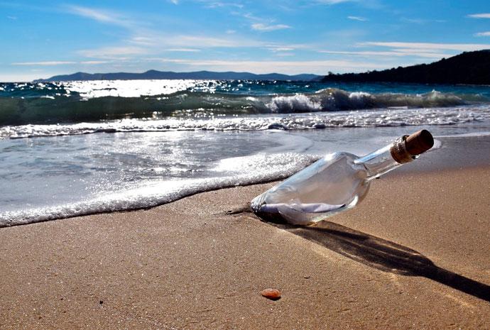 Flaschenpost am sonnigen Strand, ein Bild von Xavier Turpain auf Pixabay